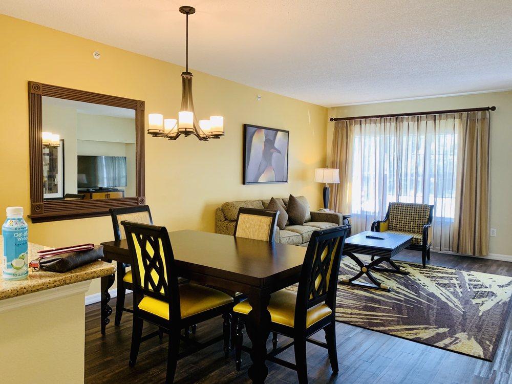 Hilton_Grand_Vacations_at_Sea_World_Dining_Living_b7fa5ee43e.jpg