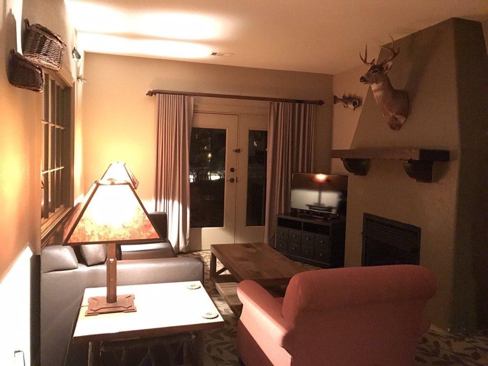 bluegreen_vacations_preview_center_at_big_cedar_Living_Area_c0c3a40840.jpg